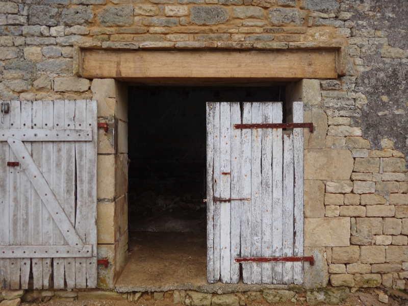 Pv154 logements dans les communs d 39 un domaine 79 th for Reparation fenetre bois
